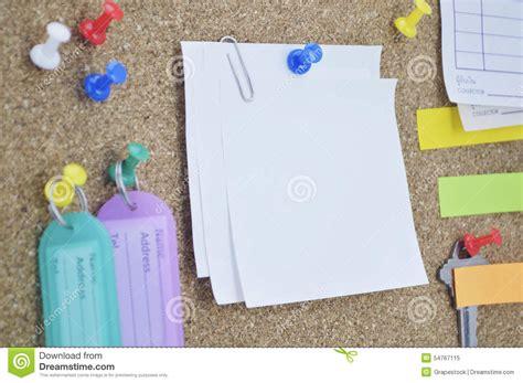 note sur le bureau le nom collant coloré de notes de goupille et d 39 étiquette