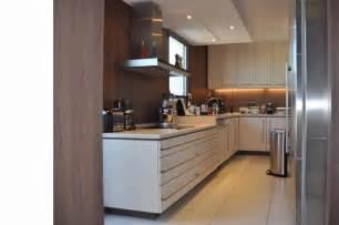 cuisine en couloir cuisine couloir en u blanche et bois grégory cugnet
