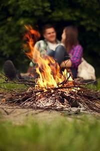 Feuerstelle Garten Erlaubt : campfire stock image image of fire female couple girlfriend 29241061 ~ Markanthonyermac.com Haus und Dekorationen