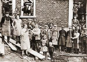 Hilfe Beim Hausbau : gro bild 1930 feiert die dorfgemeinschaft ein richtfest ~ Sanjose-hotels-ca.com Haus und Dekorationen