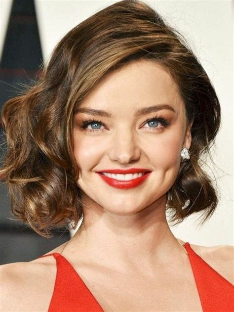 beautiful hairstyle for women over 40 with wavy hair