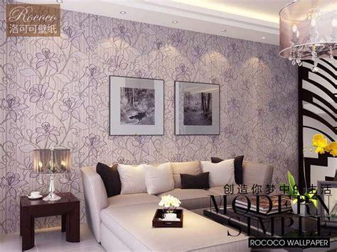 contoh motif wallpaper dinding ungu ruang tamu interior