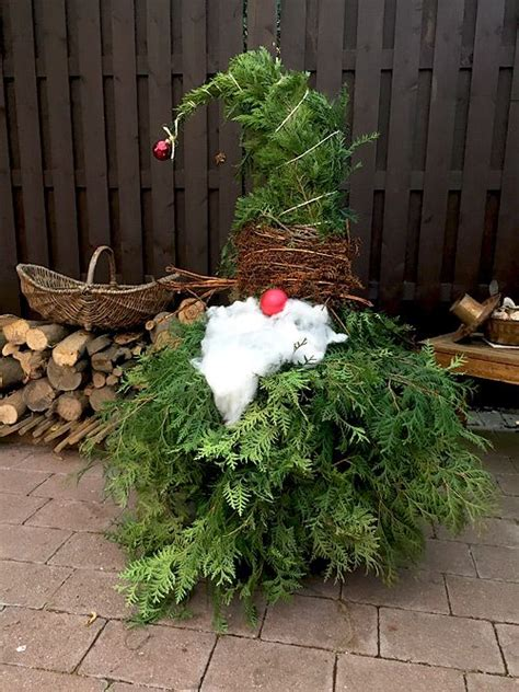 weihnachtsdeko im außenbereich weihnachtswichtel aus lebensbaum zweigen basteln f 252 r weihnachten weihnachtsdeko f 252 r den