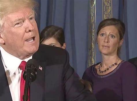 les sourcils de cette femme derriere donald trump sont