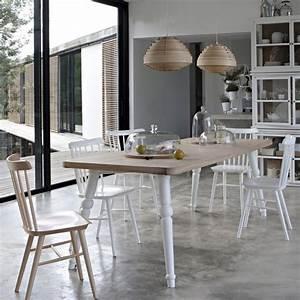 17 idees deco de chaises en bois esprit scandinave for Deco cuisine avec chaise bois et blanc