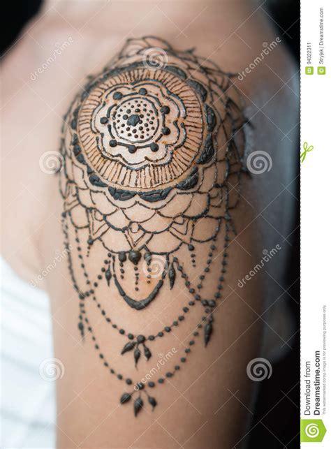 Tatouage Sur L épaule Tatouage De Henn 233 De Plan Rapproch 233 Sur L 233 Paule Du S De Femme Image Stock Image Du Henn 233