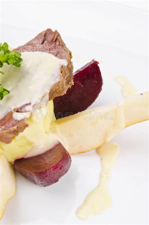rindfleisch mit meerrettichsoße rindfleisch mit meerrettich und kartoffeln stockfoto