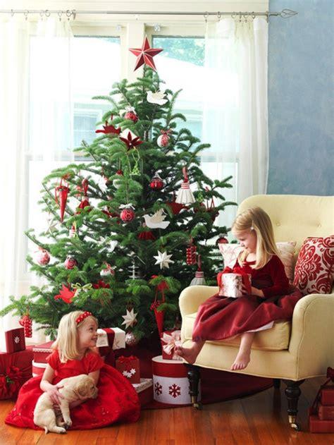 traditionell geschmueckter weihnachtsbaum gefaellt ihnen