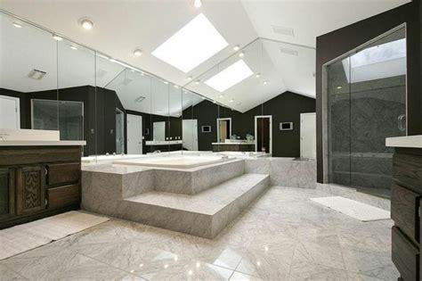 salle de bain grande hauteur sous plafond de sur lev sous la plus grande hauteur