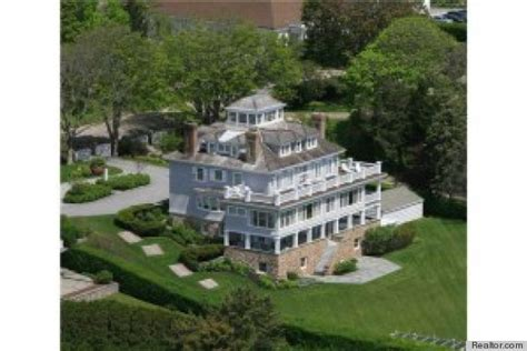 Taylor Swift Looks At Rhode Island Mansion, Has Us