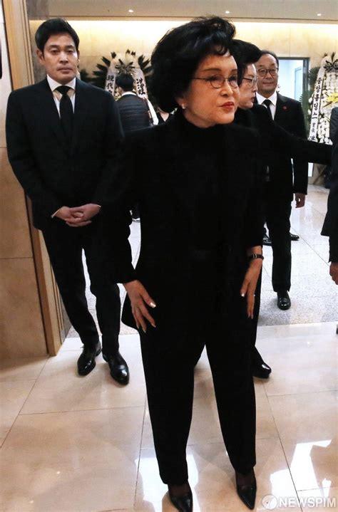 정유경 신세계백화점부문 총괄사장은 신세계백화점 최대주주가 됐다. 뉴스핌 - 사진 빈소 향하는 이명희-정용진