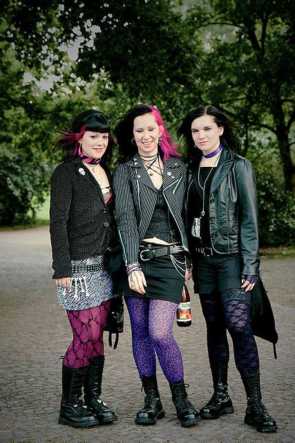 FileGirls in gothic outfits.jpg - Wikimedia Commons