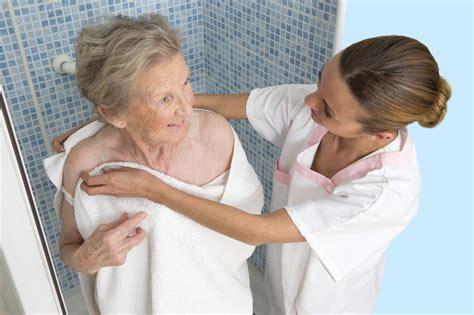 gesundheit aeltere menschen sollten eher duschen statt zu