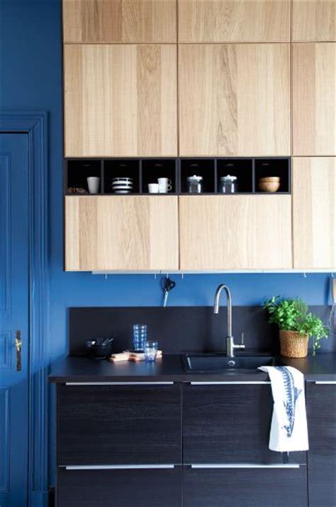 cuisine hyttan ikea modèle de cuisine ikea metod avec des façades noires tingsryd et des façades en bois