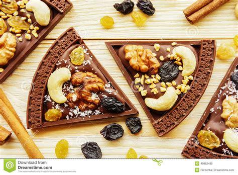 pizza de chocolat de dessert avec des raisins secs et des 233 crous photo stock image 49882489