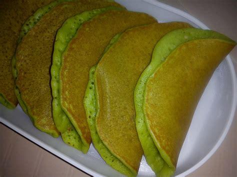 Pancakes à base de banane et pour la couleur verte naturel du pandan qui est un extrait de plante tropicale au gout peu sucré. Cooking Pleasure: PANDAN PANCAKE