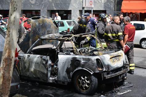 soldes si e auto foto porta genova l 39 auto si incendia e il traffico va in