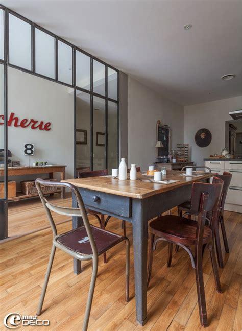 table cuisine industrielle dans une cuisine deux chaises industrielles en bois et