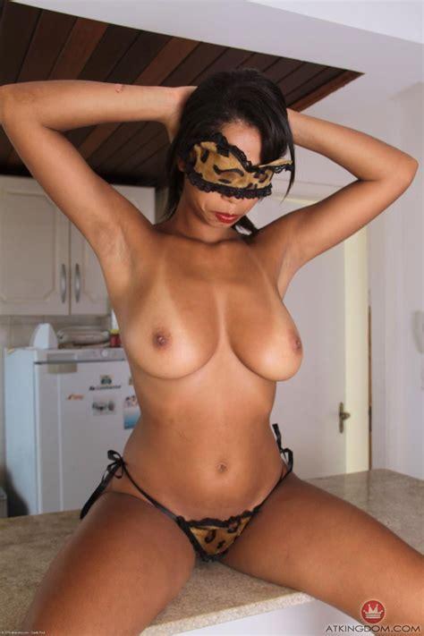 Busty Yolana Shows Hot Curves