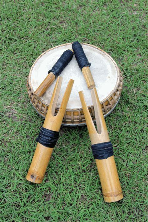 Gendang panjang adalah sebuah alat musik pukul tradisional yang berasal dari daerah kepulauan riau, yang termasuk alat musik membranofon. 5 Alat Musik Tradisional Gorontalo yang Khas dan Unik!