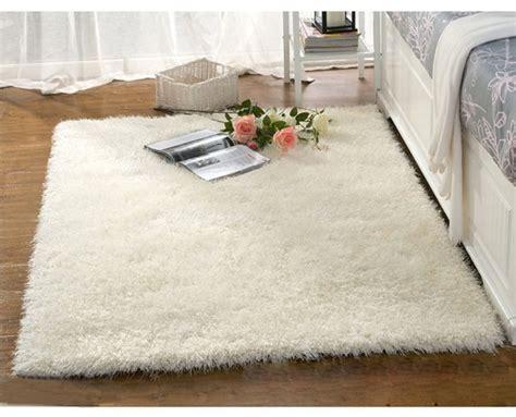 le tapis blanc style souligne les details colores  la maison