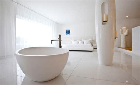 Moderne Gästebadezimmer by A Bold Approach To Luxury Villa Design