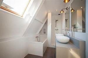 cette salle de bain sous les combles utilise la sous pente With salle de bain dans les combles