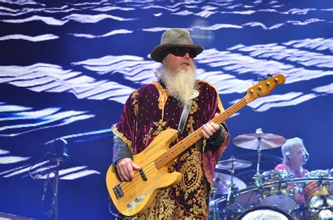 He also sang lead and backing vocals, and played keyboards. Dusty Hill - Wikiwand