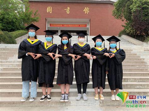 安徽一高校毕业生戴口罩拍毕业照 吸引师生驻足观看_图片频道__中国青年网
