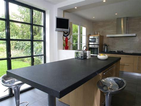 plan de travail cuisine granit noir et table centrale