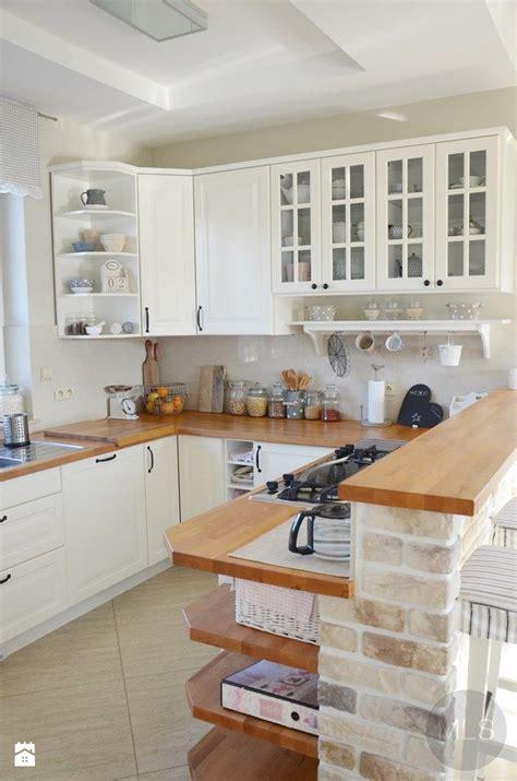 kitchen remodeling ideas biała kuchnia z drewnianym blatem zdjęcie od mls
