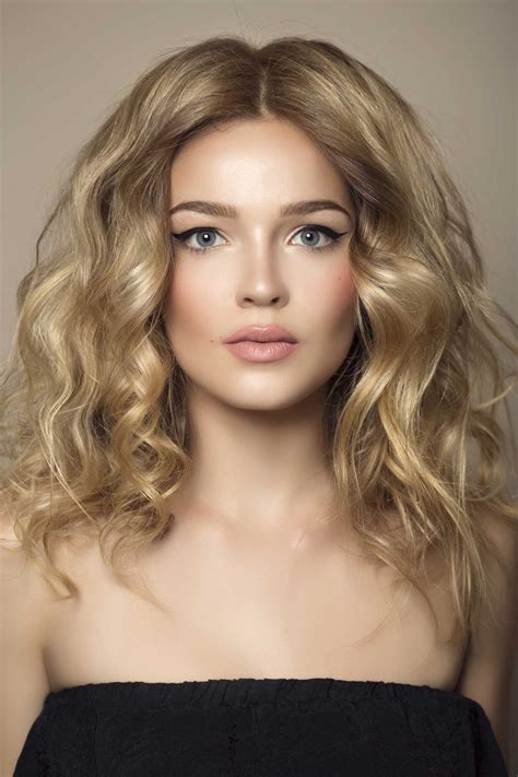Стрижки для вьющихся волос средней длины. Фото без укладки с челкой на каждый день для женщин