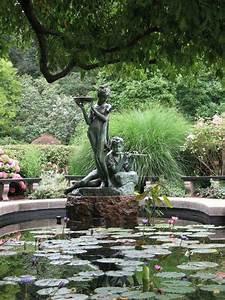 Statue Jardin Design : statue fontaine pour piscine racers le mag ~ Dallasstarsshop.com Idées de Décoration