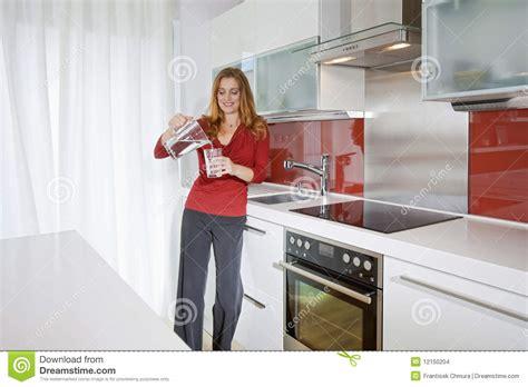 femme cuisine femme dans la cuisine moderne photo stock image du pièce