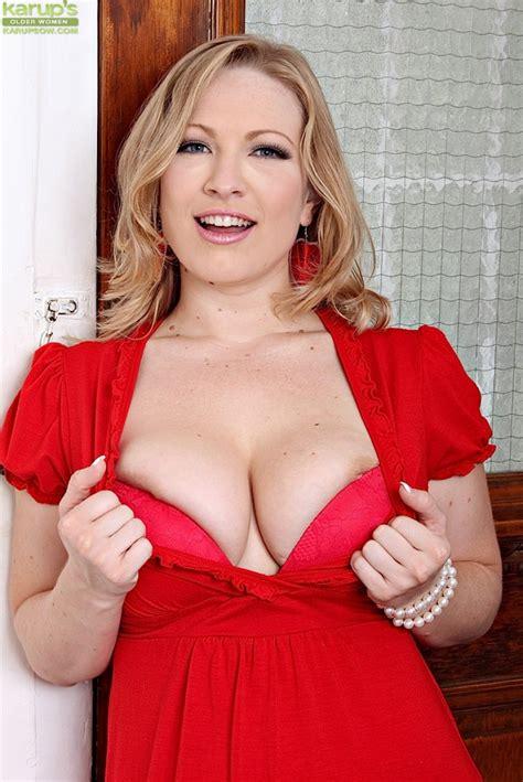 Curvy Blonde Milf Vicky Vixen Spreads Naked