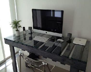 bureau pour home studio bureau en palette avec plateau de verre pour aménager studio