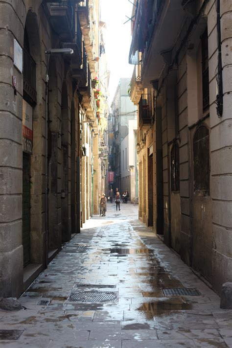 snapping street scenes  barcelona laura cook photography