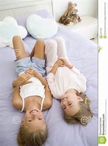 Drei In Einem Bett : zwei junge m dchen in ihren pyjamas die auf einem bett liegen lizenzfreies stockbild bild ~ Pilothousefishingboats.com Haus und Dekorationen