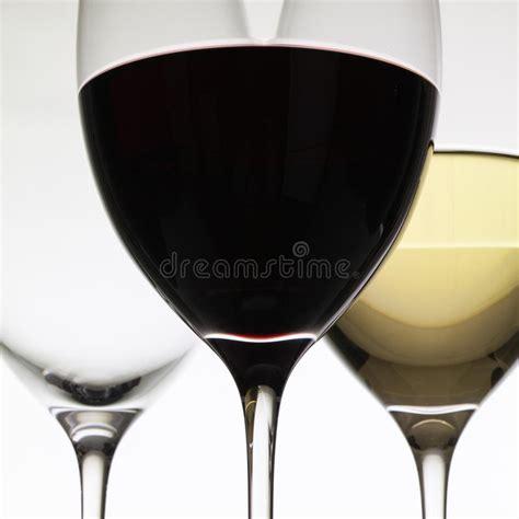 bicchieri di rosso bicchieri di con rosso e bianco fotografia stock
