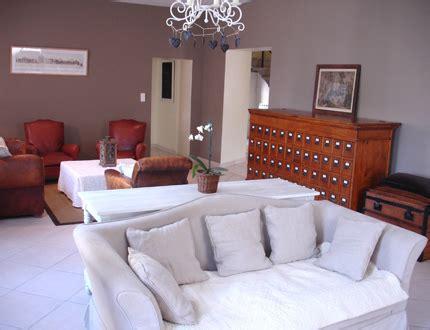 peindre un canapé comment marier un magnifique buffet en merisier avec une deco sympa et en évitant le style