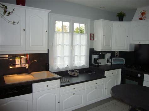cuisine repeinte en blanc peindre meubles cuisine en blanc avec plan de travail noir