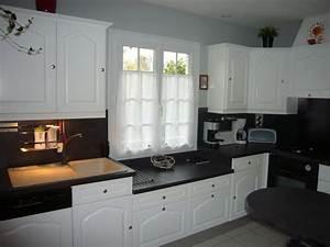 peindre meubles cuisine en blanc avec plan de travail noir With photos de cuisine repeinte