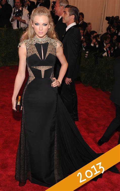 Aguardada, Taylor Swift usa look prateado e curto no MET ...