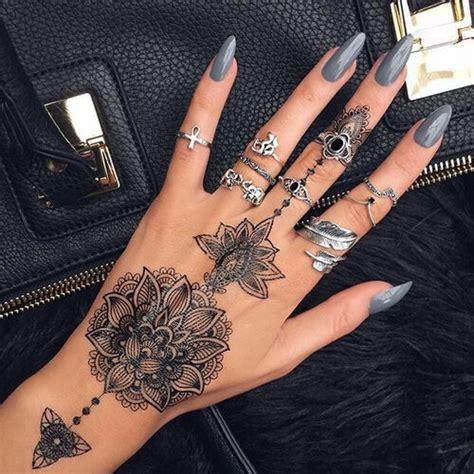 atsupremecurlz tatoo tatouage doigt femme tatouage