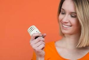 Danfoss Thermostat Wechseln : frau wechselt das thermostat f r den heizk rper ~ Eleganceandgraceweddings.com Haus und Dekorationen
