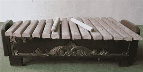 Alat musik ini merupakan tipe ideofon, yakni alat musik tradisional jambi dikenal dengan nama serangko dan terbuat dari tanduk kerbau. 60 Alat Musik Tradisional Indonesia ( Daerah Asal, Gambar dan Penjelasan ) - Part 2