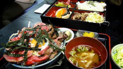 materiel cuisine japonais menu dans un restaurant à takayama avec boeuf de hida riz