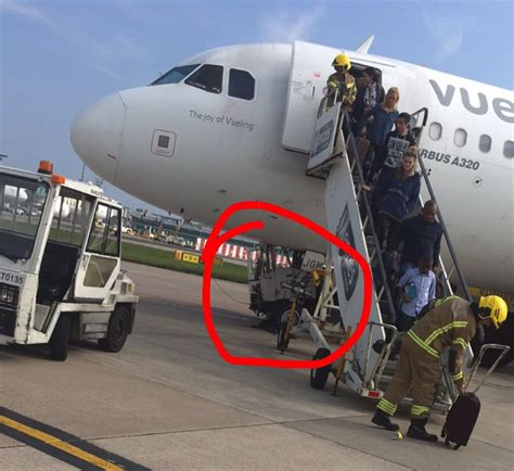 EMERGENCY Vueling A320 flight #VY8749 was damaged by a tow ...