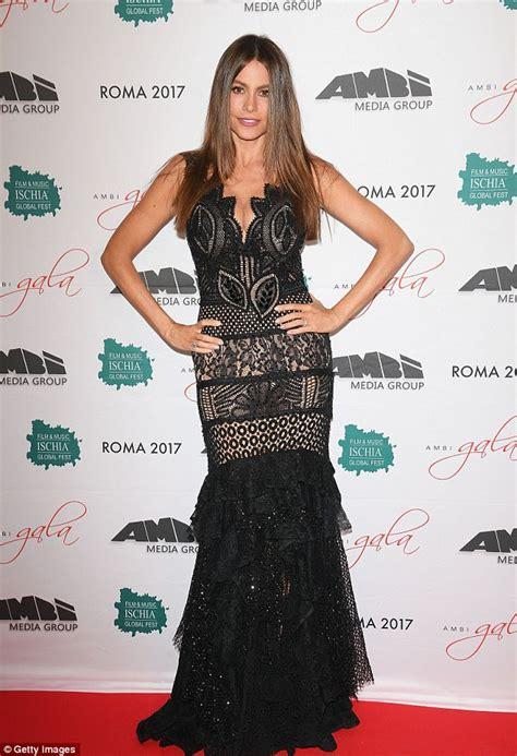 sofia vergara show sofia vergara shows off killer curves in hip hugging gown
