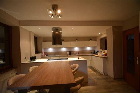 cuisines blanches et bois cuisine blanche sans poignées avec plan bois et dekton